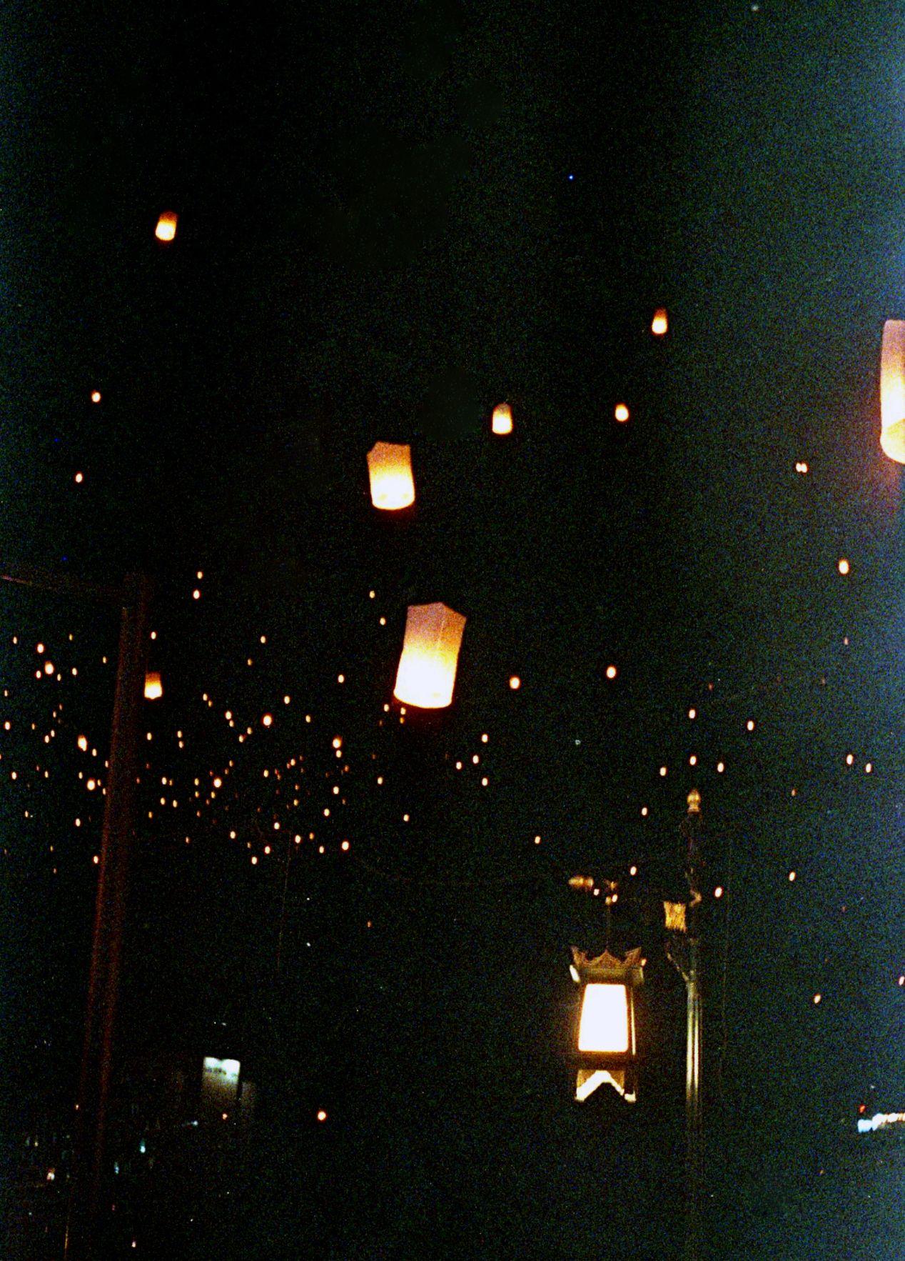 A street lamp at the east corner of Nawarat Bridge.