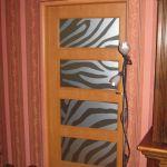 Grafika z folii szronionej na szybach drzwiowych