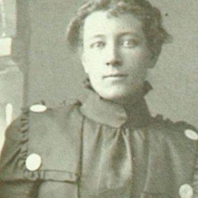 Annie  Randall