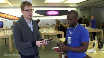 Apple Pay being used in apple store by reporter