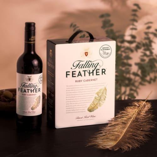 Falling Feather Ruby Cabernet - pullo ja BiB pöydällä