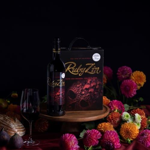 Ruby Zin pullo ja BiB pöydällä