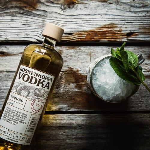 Koskenkorva Sauna Barrel pullo ja drinkki