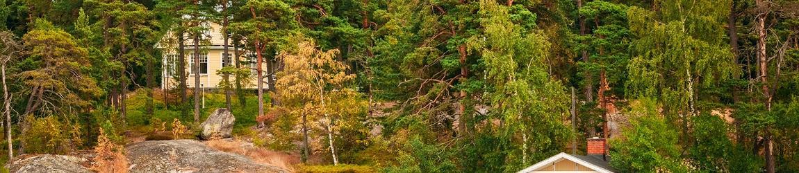 Talo kalliolla suomalaisessa maisemassa