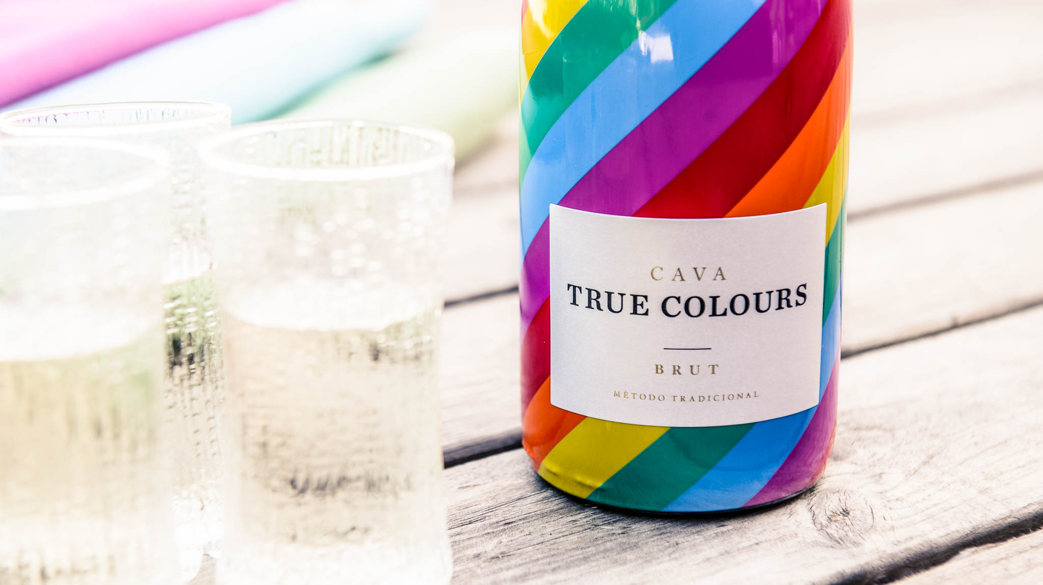 True colours cava with Ultima thule glasses from side