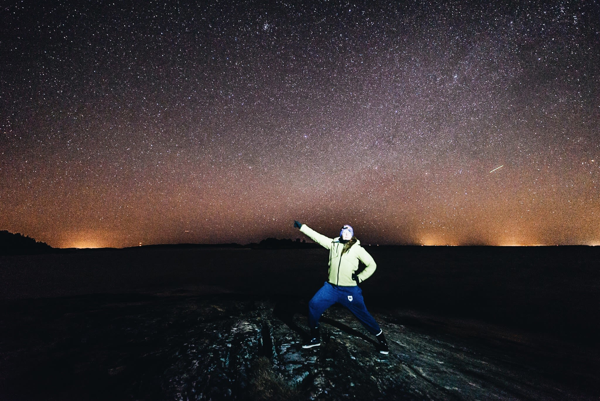 Person stading infront of a nordic night sky with stars