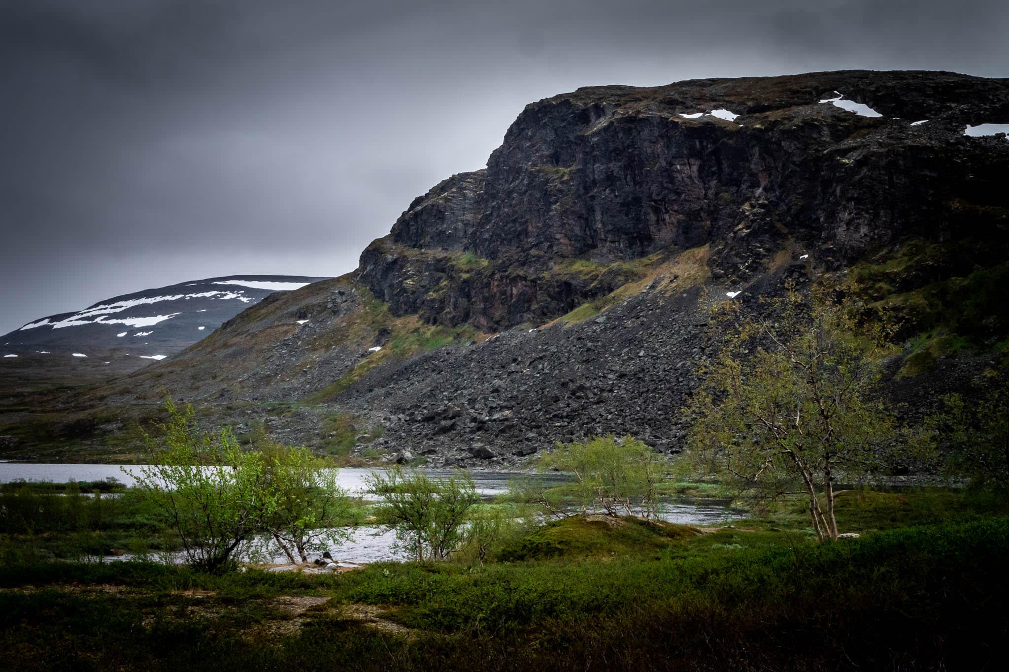 Nordischer Naturblick mit Berg und See