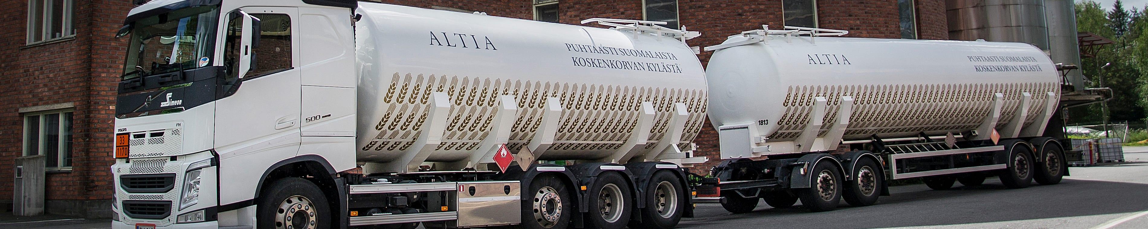 Viljaviinaa kuljetetaan rekalla Koskenkorvalta Rajamäelle