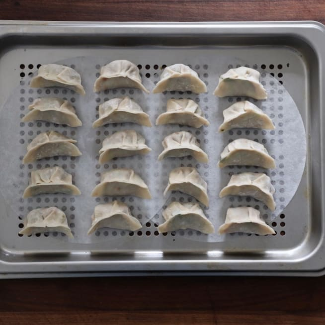 Arrange dumplings on tray