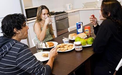 Studenti jedí svačinu s kychyni