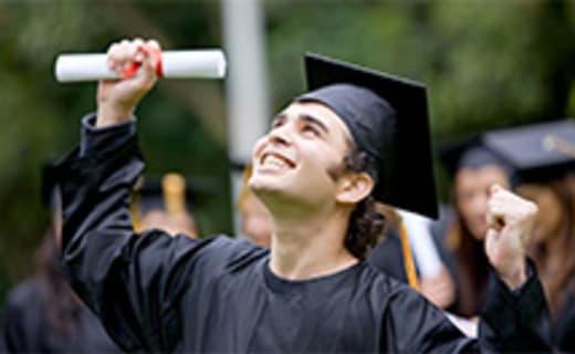Student zvedá svůj diplom