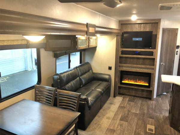 2018 Puma 39-PQB 39' in Covington, WA : Interior Front Facing