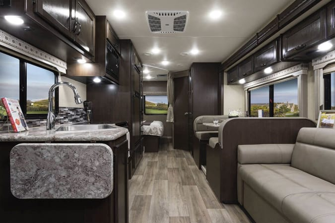 2019 Thor FourWinds 28E 30' in Portland, OR : 2019 Thor FourWinds 28E, couch lays down flat to become a bed