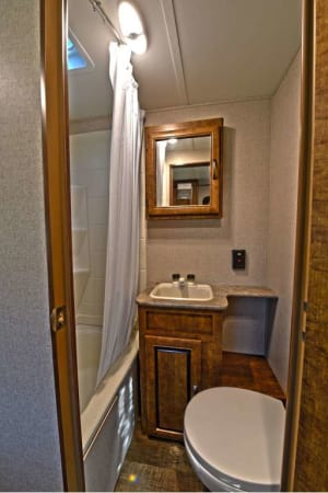2018 Z-1 Zinger 211RD 21' in Nashville, TN : Bathroom