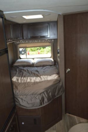 2019 Thor FourWinds 22E 22' in Portland, OR : 2019 Thor FourWinds 22E rear queen bed