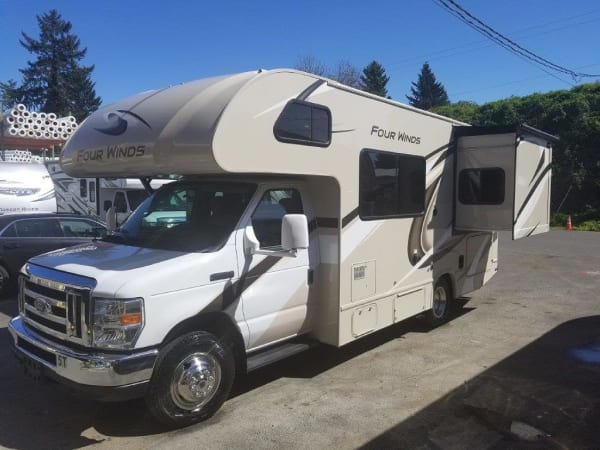 2019 Thor FourWinds 22B 22' in Portland, OR : 2019 Thor FourWinds 22 B rear queen slideout