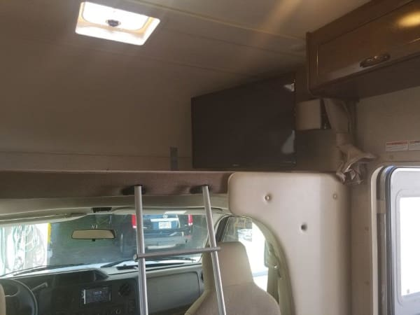 2019 Thor FourWinds 22B 22' in Portland, OR : 2019 Thor FourWinds 22 B cabover queen bed and 40' TV
