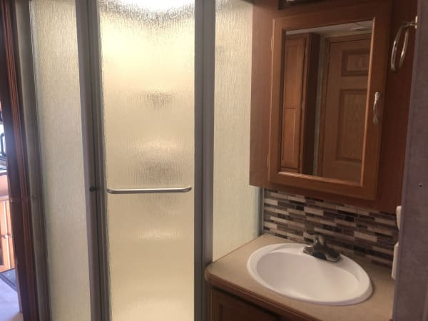 2006 Coachman Leprechaun 31' in Hutto, TX : Shower