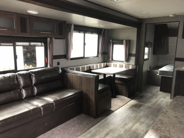 2018 Zinger 280BH 28' in Kent, WA : 28' Zinger living area