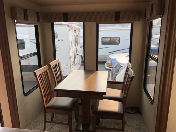 2018 Forest River Sandpiper 45' in Kent, WA : Dining Table