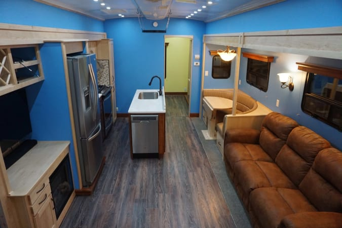 2017 Space Craft V460 45' in Covington, WA : Living Space