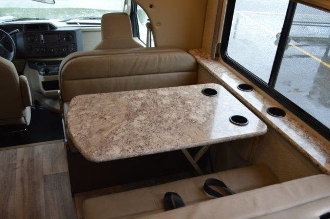 2018 Thor Four Winds 30D 32' in Portland, OR : 2018 Thor FourWinds 32FT Class C rental, dinette converts to bed