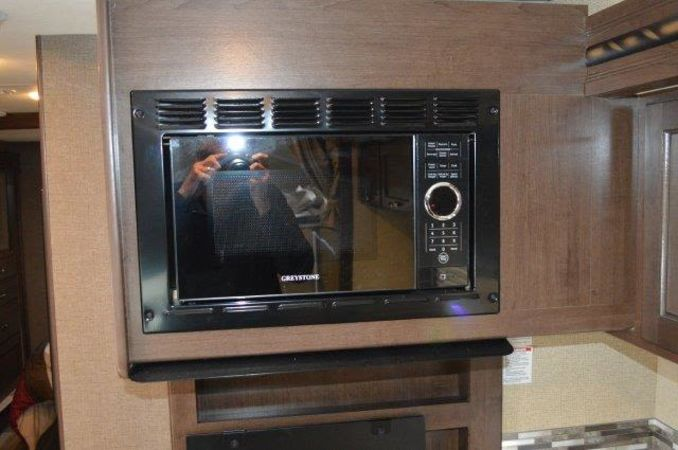 2018 Thor Four Winds 30D 32' in Portland, OR : 2018 Thor FourWinds 32FT Class C rental, convection oven will run off generator so you cook a roast as you travel