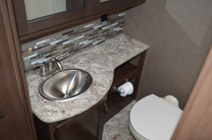 2018 Thor Four Winds 30D 32' in Portland, OR : 2018 Thor FourWinds 32FT Class C rental, full size toilet and vanity