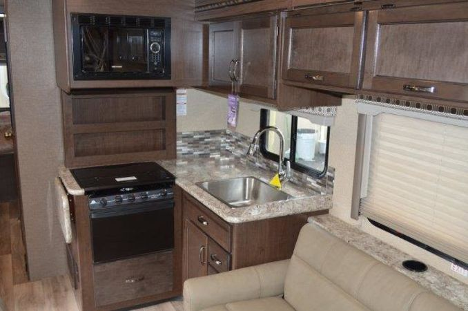 2018 Thor Four Winds 30D 32' in Portland, OR : 2018 Thor FourWinds 32FT Class C rental, galley