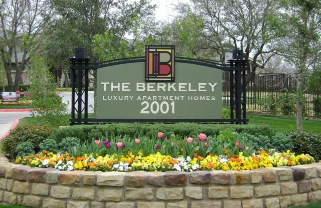 The Berkeley Luxury Apartment Homes - 2001 Park Hill Dr, Fort Worth, TX 76110