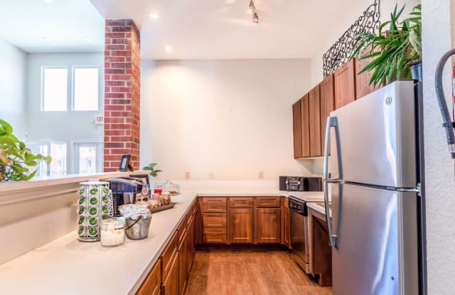 Oakbridge Apartment Homes - 1710 Old Alvin Rd, Pearland, TX 77581