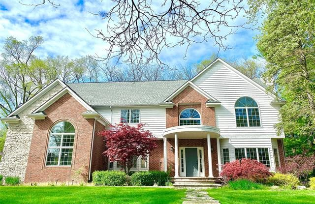807 THORNTREE Court - 807 Thorntree Court, Oakland County, MI 48304