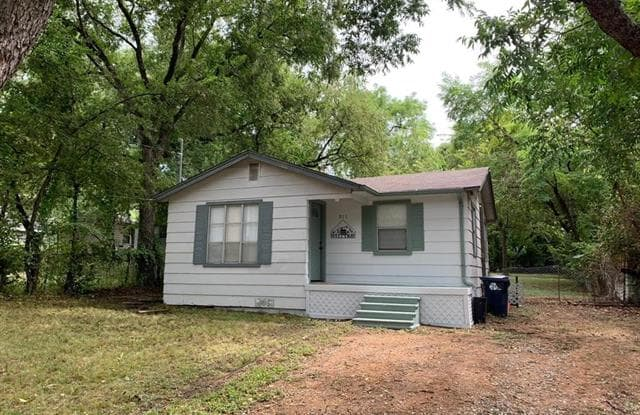 911 W Collins Street - 911 West Collins Street, Denton, TX 76201