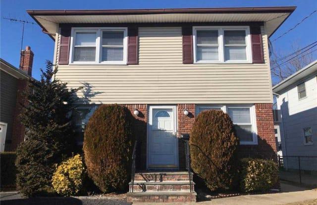 7 Yennicock Avenue - 7 Yennicock Avenue, Manorhaven, NY 11050