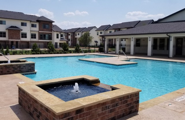 Townhomes at Lake Park - 1555 Cullen Blvd, Pearland, TX 77584
