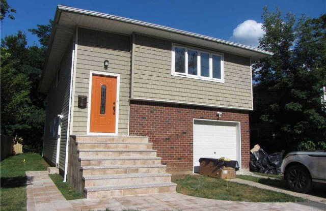 14 Carlyle Place - 14 Carlyle Place, Roslyn Heights, NY 11577