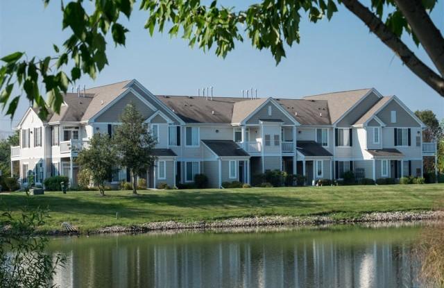 Farmington Lakes - 2000 Farmington Lakes Dr, Oswego, IL 60543
