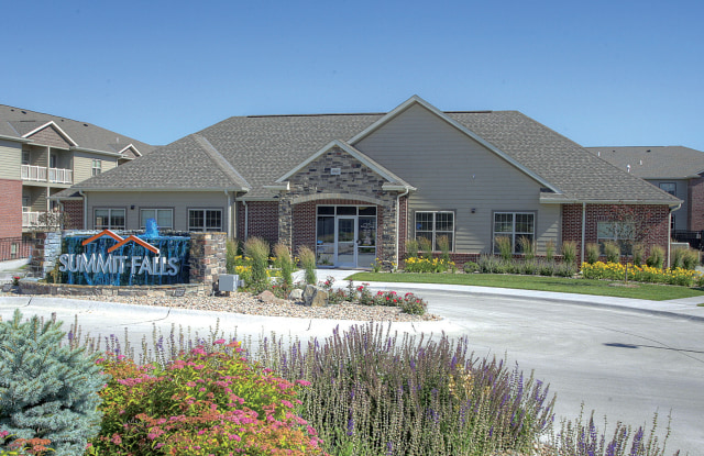 Lincoln Summit Falls Apartments & Townhomes - 8300 Renatta Dr, Lincoln, NE 68516