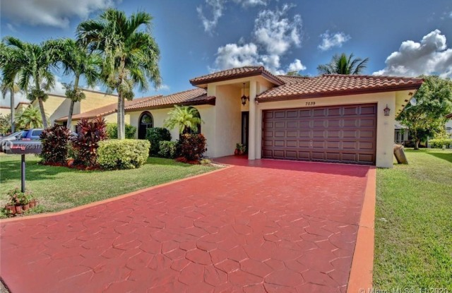 """7039 Golf Pointe Cir - 7039 Northwest 84th Terrace, Tamarac, FL 33321"""