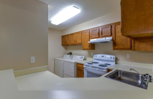 Waterford Place Apartment Homes - 4105 Waterford Cir, Louisville, KY 40207