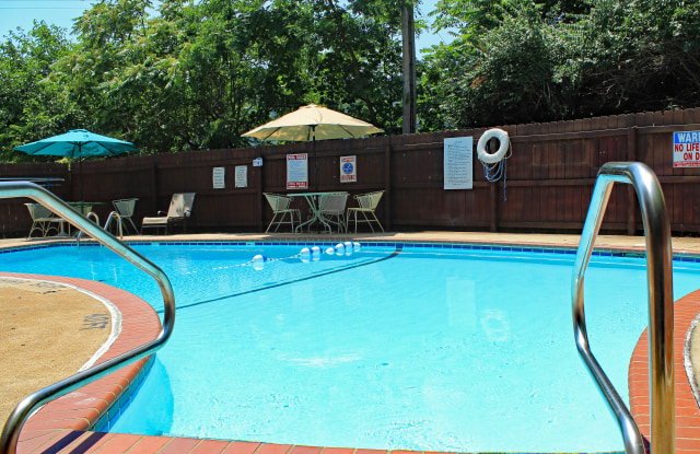 White Bluff Apartments - 7864 Big Bend Boulevard, Webster Groves, MO 63119