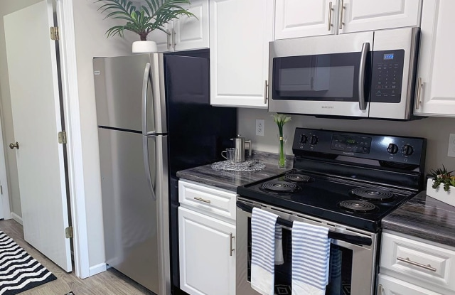 Emory Lakes Luxury Apartments - 4800 NW Fielding Pl, Topeka, KS 66618