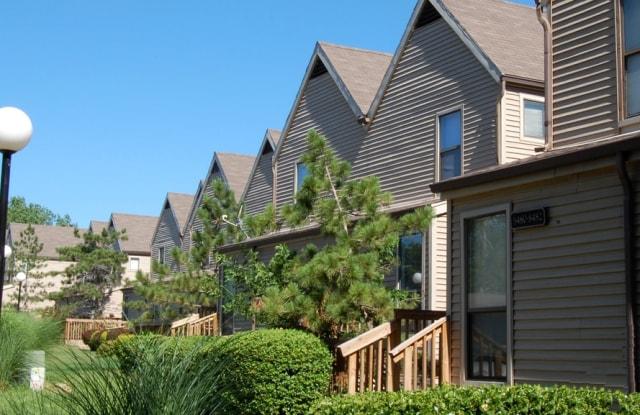 Lakeside Village - 8418 N Overland Ct, Kansas City, MO 64154