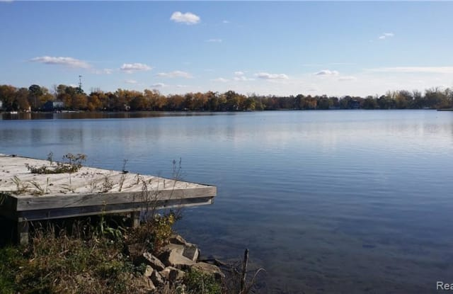5039 Elizabeth Lake Rd - 5039 Elizabeth Lake Road, Waterford, MI 48327