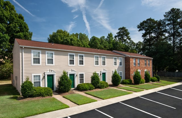 Woodbriar Apartments - 621 Warwick Village Dr, Richmond, VA 23224