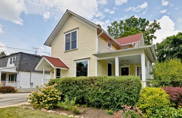 130 Sunnyside Place - 130 Sunnyside Place, Libertyville, IL 60048