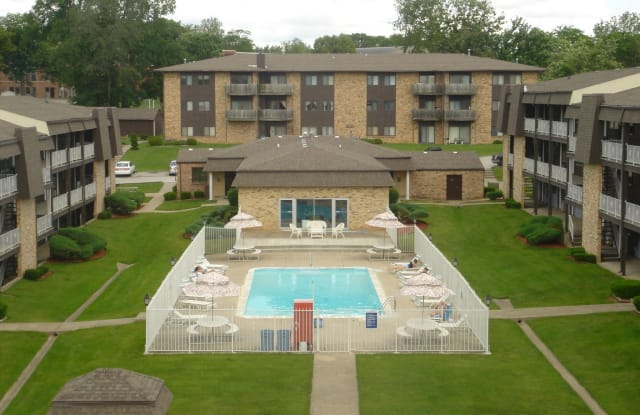 Four Seasons Apartments - 3003 Woodland Avenue, Des Moines, IA 50312