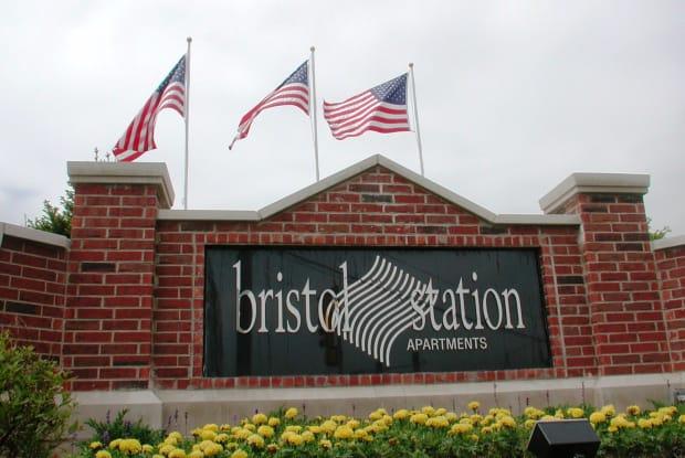 Bristol Station - 704 Greenwood Cir, Naperville, IL 60563