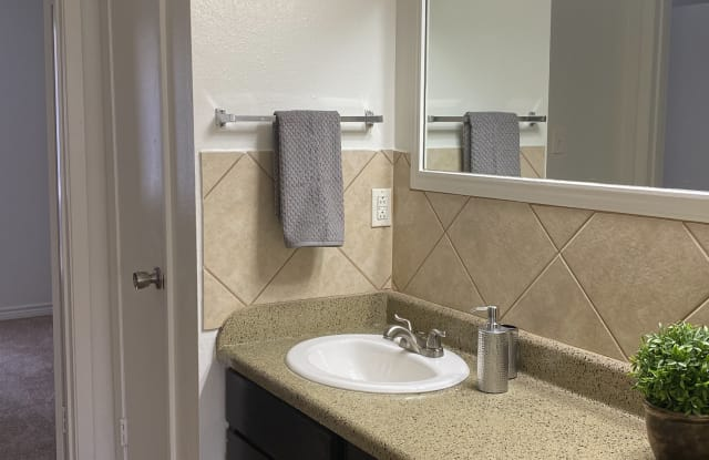 Royal Oaks Apartments - 103 Shady Bend Dr, Lufkin, TX 75901