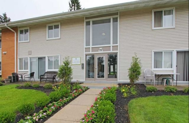 Pepperwood Townhomes & Gardens - 1432 Golden Gate Blvd, Mayfield Heights, OH 44124